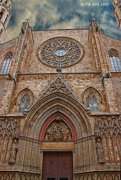Basílica de Santa María del Mar, Barcelona. ¡Impresionante! I was reading La Cathedral del Mar of Ildefonso Falcones and thought it was unbelievable to build  that huge withhout any machines!