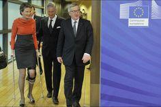 La reine Mathilde de Belgique entre à cloche-pied au parlement européen