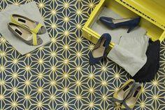 Motif SAFI - Une constellation de pois blancs et branches jaunes citron qui réveillent un fond bleu nuit - www.bahya-deco.com