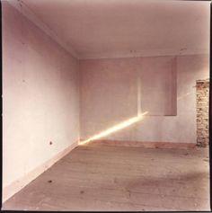 Guido Guidi, Stanza vuota con raggio di luce sul muro History Of Photography, Art Photography, Art Pictures, Art Pics, Photos, Contemporary Art, Wall Lights, Inspiration, Minimal