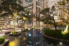 Hotel Grand Hyatt , malasia - un imponente edificio a 400 metros de las Petronas que lleva dos años funcionando y ya es una referencia en la ciudad. La recepción, en la planta 35, te desarma con la espectacular panorámica, por supuesto, las torres en primer término. El servicio es la sofisticación de la tradicional amabilidad oriental y el desayuno, en el piso 38 te anima a madrugar para poder disfrutarlo durante más tiempo.