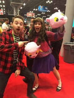 """Gravity Falls"" creator Alex Hirsch meets a cosplay of Mabel Pines and ""kittenfists"" Cosplay Anime, Cute Cosplay, Amazing Cosplay, Cosplay Outfits, Halloween Cosplay, Best Cosplay, Cosplay Costumes, Simple Cosplay, Avatar Cosplay"
