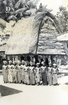 Groups girl in Lombok island Old Photos, Vintage Photos, Polynesian Girls, Bali Girls, Dutch East Indies, Mother Art, Architecture Old, Historical Pictures, Borneo