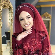 I want to look like that on my weddingbut white! Wedding Hijab Styles, Muslim Wedding Dresses, Bridal Hijab, Bridal Hair, Hijab Makeup, Hair Scarf Styles, Stylish Hijab, Hijab Fashion Inspiration, Beautiful Hijab