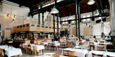 Cafe Restaurant Amsterdam - cooles Ambiente in einer ehemaligen Wasserpumpstation mit den Originalsäulen und Maschinen als Deko.