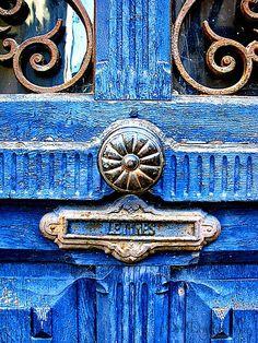 ♅ Detailed Doors to Drool Over ♅ art photographs of door knockers, hardware & portals - antique bright blue door. Les Doors, Windows And Doors, Cool Doors, Unique Doors, Portal, Azul Anil, Door Knobs And Knockers, Door Detail, Love Blue