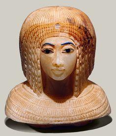 Uma peruca Nubian é uma forma de cocar usado pelos antigos egípcios que é pensado para imitar os penteados grossas dos povos da Núbia (Sudão do moderno), que estavam em vários momentos incorporados no reino egípcio. A peruca se assemelha ao penteado afro moderna, mas é mais tipicamente representado como um built-up série de camadas de tranças enovelados.