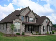 stonechase brick home exterior- i think this is the same brick that we chose for our house. Split Level House Plans, House Floor Plans, Aka House, Black House Exterior, Brown Brick, House Front Design, Brick Colors, Exterior Design, Brickwork