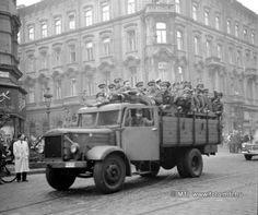 """Budapest, 1956. október 23. """"Az utcán helyenként megállt a forgalom. Az autók és járókelők helyet engedtek a nemzetiszínű zászlókkal vonuló egyetemistáknak."""" [Szabad Nép, 1956. október 24.] Báthory utca és Bajcsy-Zsilinszky utca kereszteződésénél egy Csepel D 350 típusjelű, hazánkban a fegyveres testületeteknél rendszeresített teherautó. A tömeg haladási irányával ellentétes sávban áll a tehergépkocsi, platóján tűzoltókkal. MTI Fotó: Jármai Béla Budapest Hungary, Old Cars, Revolution, Culture, History, Hungary, Historia"""