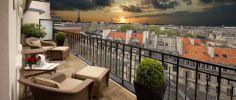 Vue d'un balcon sur Paris et la Tour Eiffel.