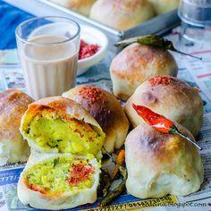 Herbivore Cucina: Baked Vada Pav Indian Snacks, Indian Food Recipes, Vegan Recipes, Vada Pav Recipe, Bread Dishes, Pakistani Recipes, Pull Apart Bread, Indian Street Food, Man Food