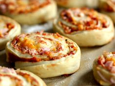pizzasnegle  med skinke Baby Food Recipes, Vegan Recipes, Vegan Food, Tea Sandwiches, Afternoon Tea, Kids Meals, Tapas, Bacon, Food Porn