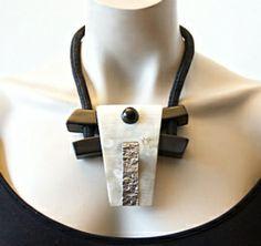 Nature Bijoux Ketting Fuji (KK-NB-58) - 79 euro. Prachtige zwart met gebroken wit hanger van hoorn. #statementpieces.nl