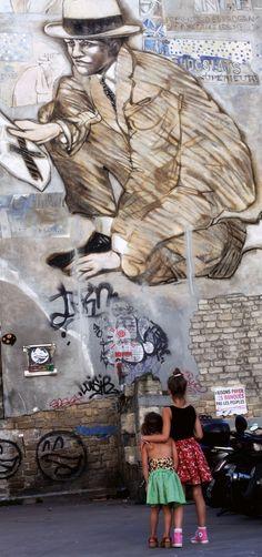 StreetArt: little girls looking at Street Art in Paris.  : mokkasin
