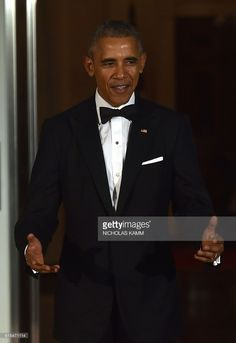 US President Barack Obama gestures as he welcomes Italian Prime Minister Matteo Renzi and his wife Agnese Landini on the North Portico of the White House before a state dinner in Washington, DC on October 18, 2016. / AFP / Nicholas Kamm