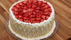 Fantastisk lagkage for alle. Lagkagen er med sprøde nøddebunde, friske jordbær og fyldig chokolademousse. Et smukt chokoladegitter pryder kagens udseende.