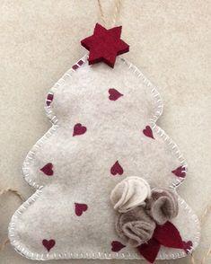 Felt Christmas Tree / Albero di Natale in feltro/pannolenci Felt Christmas Decorations, Felt Christmas Ornaments, Christmas Bells, Christmas Stockings, Christmas Crafts, Felt Diy, Handmade Felt, Natal Diy, Felt Stocking