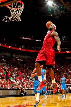 Esta es un jugador de basquetbol. Su nombre es Lebron james. El es remojarme el balon. Juega para el Miami Heat.