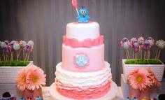 Confira essa decoração pink para festa Galinha Pintadinha! Com trufas fofas para os personagens do desenho, a mesa de doces ficou um arraso!