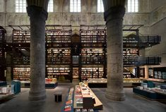 Selexyz Bookstore, Maastricht, Hollanda  700 yıllık tarihî bir Dominikan Kilisesi kitapçıya çevrilirse karşımıza bu manzara çıkıyor. Kitaplar ayrı keyif mimari ayrı...