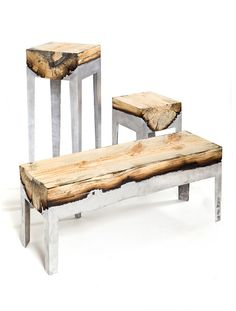 Wood Casting ou bois coulé par Hilla Shamia. israélien nous présente une collection de mobilier nommée Wood Casting, où la relation entre nature et industrie est directe.  Wood Casting ou Bois coulé est réalisé à partir de troncs d'arbres bruts découpés sur la longueur afin d'obtenir une surface plane. Pieds et formes rectangulaires proviennent de l'aluminium coulé et moulé. Le métal noircissant le bois apporte à l'ensemble une forme, un touché, une couleur unique à chacune des pièces.  Deux…