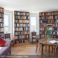 Für Räume mit runden Wänden lassen sich speziell auch runde Regale anfertigen. Die Bücherwände vom Boden bis zur Decke sorgen für intellektuelles Ambiente…