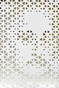 20 ideas for design geometric architecture triangles Facade Design, Wall Design, Wall Patterns, Textures Patterns, Surface Pattern, Surface Design, Triangle Texture, Triangle Pattern, Metal Screen
