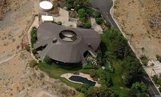 John Lautner - 1979 - The Bob and Dolores Hope Residence, 2466 Southridge Drive, Palm Springs CA. Round Building, John Lautner, Bob Hope, Famous Architects, Science And Nature, Palm Springs, Old Hollywood, Modern Architecture, Outdoor Living