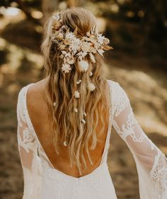 Relaxed outdoor wedding mood with inspiration from the + dried flowers - green wedding shoes - dried flowers boho fris . Wedding Hair Flowers, Wedding Hair And Makeup, Flowers In Hair, Dried Flowers, Hair Wedding, Wedding Flower Hairstyles, Flower Crown Wedding, Bride With Flower Crown, Boho Flowers