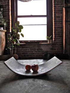 Dieses exquisite Stück ist sicherlich beeindrucken, da trotzt die typischen Begriffen was die Leute denken, wenn sie aus Beton, dünn und biegen, im Gegensatz zu dick und flache denken. Es kann für eine Vielzahl von Zwecken, von stylish Tisch stand im Mittelpunkt, frisches Obst und Gemüse um ein elegantes Fach Bad Seifen und Zubehör zu einem Buch und Magazin Anzeige halten anzuzeigen verwendet werden. Die abstrakte Form und Farben machen es unklar genug, um sich für verschiedene Zwecke…