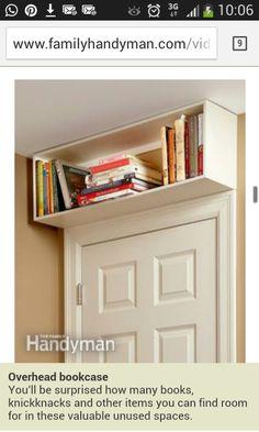 Libreria sopra la porta.  www.familyhandyman.com
