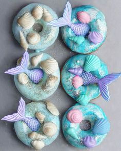 We're flipping for these mermaid donuts created by vegan foodie 🍩🧜🏻‍♀️ Have you tried food with a mermaid twist? Beaux Desserts, Mini Desserts, Vegan Desserts, Kreative Desserts, Cute Baking, Unicorn Foods, Cute Donuts, Old And Teen, Delicious Donuts
