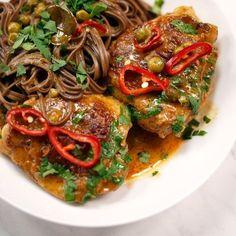 Tajskie czerwone curry z kurczakiem i groszkiem. Przepis na czerwone curry z… Ratatouille, Japchae, Spaghetti, Curry, Cooking Recipes, Salad, Ethnic Recipes, Health, Food