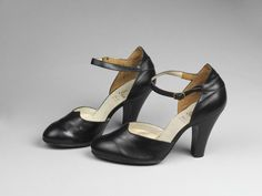 Switzerland - Pair of shoes by Bally - Calf leather with brass buckle Vintage Closet, Vintage Shoes, Vintage Outfits, Calf Leather, Leather Shoes, 1940s Shoes, Victoria And Albert Museum, 1940s Fashion, Metal Working