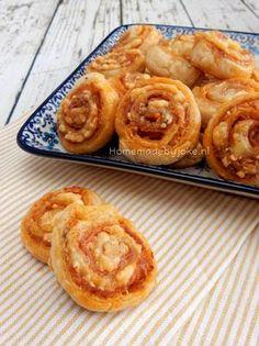 Italiaanse bladerdeeg spiralen met serranoham. Heerlijk als borrelhapje of snack. Het recept staat op mijn blog Homemade by Joke