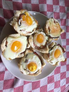 Broodcupjes gevuld met katenspek en een eitje.