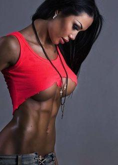 Fitnessmodel zeigt tolle Bauchmuskeln