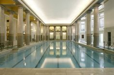 The underground pool (Italian marble) of the Royal Automobile Club (built in London, Pall Mall. The club also possesses recently renovated Edwardian Turkish baths. Underground Pool, Architects London, Landmark Hotel, Indoor Swimming Pools, Beautiful Pools, Luxury Spa, Modern Bathroom Design, Pool Designs, Architecture