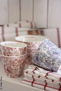 Blue & White and Red & White are always a great combination of colors. Love these mugs