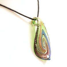 Hanger gemaakt van gekleurd glas met abstract patroon, hangend aan een zwart koord met een zilverkleurige sluiting.