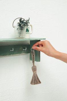 カギなどをフックに引っかけて。/簡単&おしゃれなプチ木工(「はんど&はあと」2013年10月号)