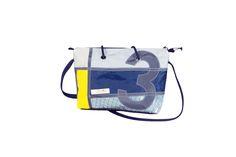 Borsa impermeabile realizzata con vari tipi di tessuti nautici foderata internamente con tendalino ultraleggero. Tracolla e maniglie regolabili con tasca interna. PEZZO UNICO NUMERATA INTERNAMENTE.