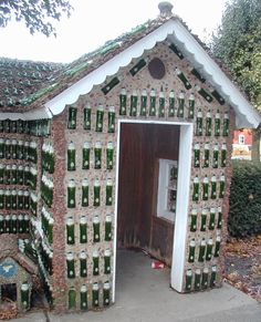 Vitreosity: The Bottle Wall, revisited Plastic Bottle House, Plastic Bottles, Glass Bottles, Wine Bottle Art, Bottle Wall, Recycled House, Earthship Home, Recycling, Crazy Houses
