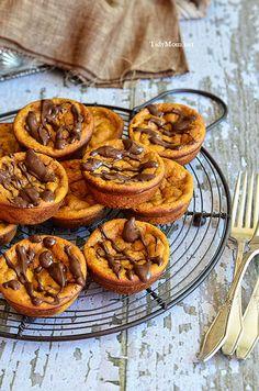 If you like pumpkin pie you are going to love how easy this recipe is! Inside Out Mini Pumpkin Pies . Recipe at Dessert Dessert Mini Desserts, Delicious Desserts, Dessert Recipes, Yummy Food, Dessert Healthy, Oreo Dessert, Pumpkin Dessert, Pumpkin Recipes, Fall Recipes