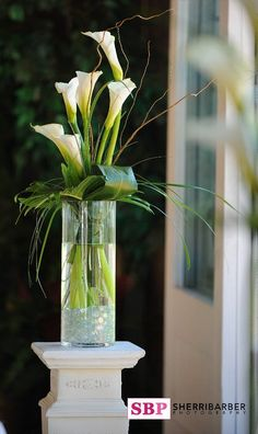 bodenvase dekorieren Flowers Arrangements Wedding Ceremony Calla Lilies 66 Ideas Flowers Arrangements Wedding Ceremony Calla Lilies 66 Ideas This image has g Altar Flowers, Church Flowers, Flowers Garden, Deco Floral, Arte Floral, Floral Design, Calla Lily Wedding, Wedding Flowers, Wedding Ceremony Decorations