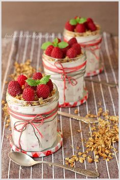 <3  Coconut Raspberry Crumble. Recipe can be translated! Made in Jelly Jars~ How Darn Cute~I better start eating some Jelly~