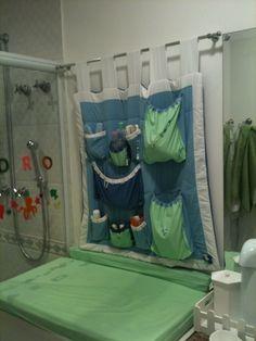 Leve o trocador para o banheiro. Este aqui tem  lugar para todos os produtos de higiene do bebê. Prático e funcional!