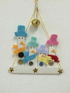 Learn how to make Easy Christmas Crafts for Kids with these amazing Popsicle Stick Christmas Ornaments. Christmas Arts And Crafts, Christmas Ornament Crafts, Snowman Crafts, Christmas Activities, Christmas Projects, Kids Christmas, Holiday Crafts, Christmas 2019, Popsicle Stick Crafts