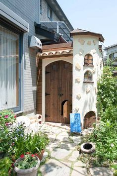 お孫さんの遊び場としての庭小屋の外観 Patio Pergola, Backyard, White Brick Houses, Micro House, White Farmhouse, Tiny Spaces, Home Photo, Entrance, Architecture Design