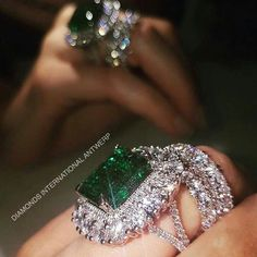 When you just met perfection❤️ #emerald #green #diamonds #antwerp #diamondsinternationalantwerp